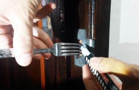 como-hacer-un-pestillo-casero-con-un-tenedor